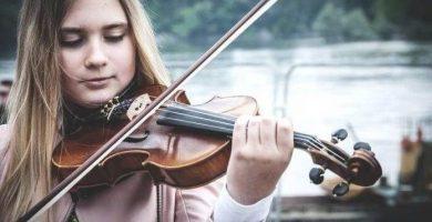Niña tocando violin para niño