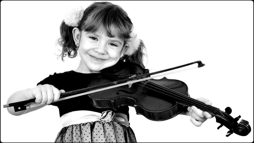 Niña tocando violines para niños